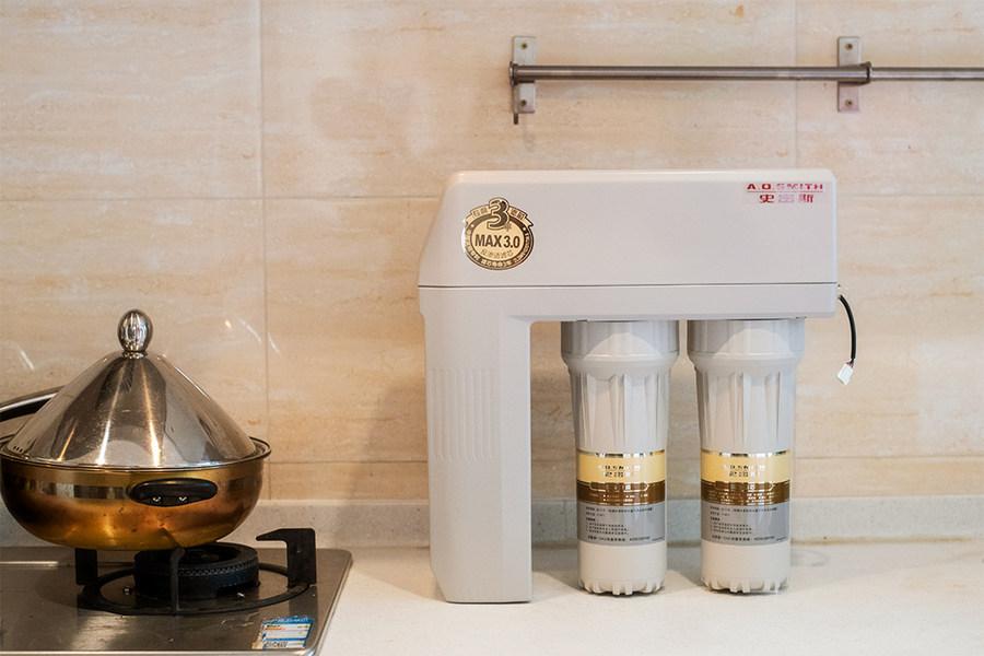 史密斯推出的新型反渗透净水器,最大的不同就是内置了水路,整体体积