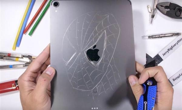 内容引起强烈不适!外国网友对新iPad Pro进行暴力测试:一掰就弯